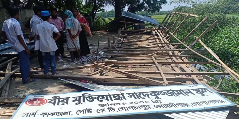 কোটালীপাড়ায় বিদ্যালয়ের ঘর ভেঙে দিলেন ইউপি চেয়ারম্যান