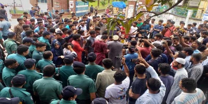 ফাহাদ হত্যার বিচার দাবিতে রাজশাহীতে বিশ্ববিদ্যালয় শিক্ষার্থীদের মহাসড়ক অবরোধ॥