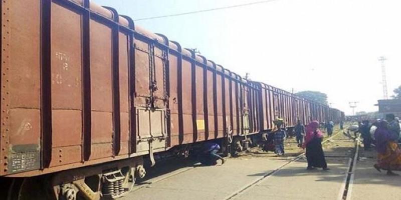 ট্রেন থেকে আমদানীকৃত ভারতীয় পেঁয়াজ চুরি॥রেলওয়ে নিরাপত্তাবাহিনীর উপর হামলা