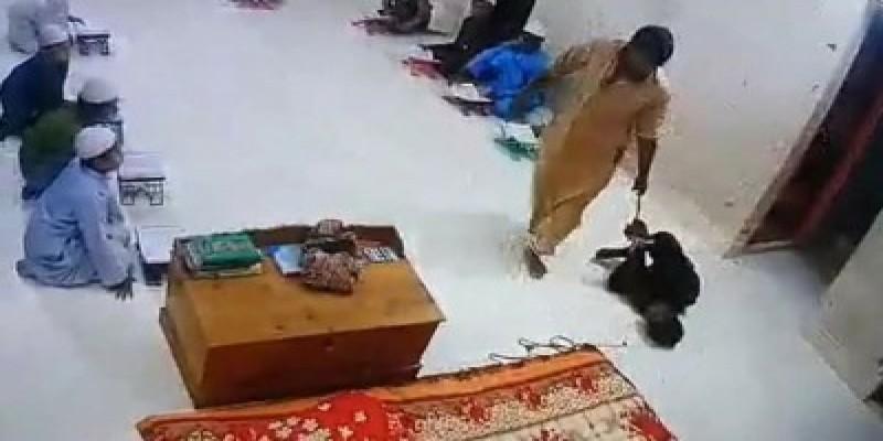 দুই শিক্ষার্থীকে মারধর॥ মাদ্রাসা শিক্ষকের স্বীকারোক্তি
