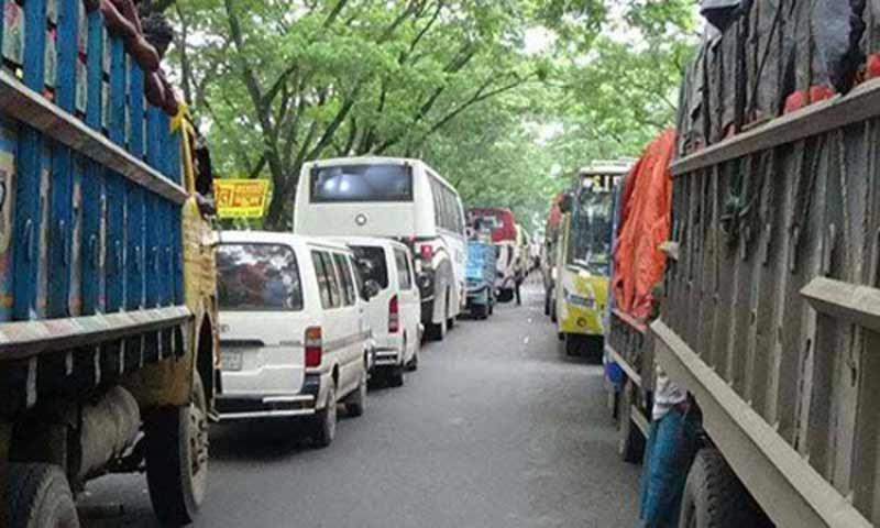 ঢাকা-টাঙ্গাইল মহাসড়কে বঙ্গবন্ধু সেতু পর্যন্ত তীব্র যানজট।। চরম ভোগান্তিতে ঘরমুখো মানুষ
