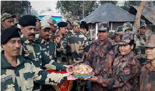 ভারতের প্রজাতন্ত্র দিবসের শুভেচ্ছা জানিয়ে হিলি সীমান্তে বিজিবিকে বিএসএফের মিষ্টি উপহার