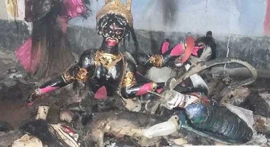 নোয়াখালীর সেনবাগে কালী মন্দিরে হামলা ও অগ্নিসংযোগ করেছে দুর্বৃত্তরা।