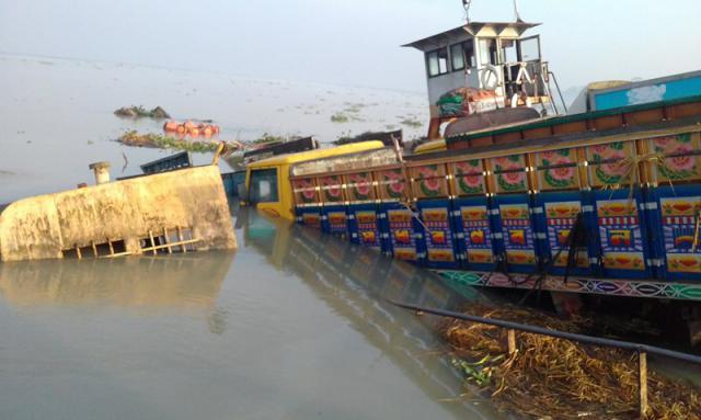 পিরোজপুরে জাহাজের ধাক্কায় ফেরি ডুবি।। যাত্রীবাহি বাস-ট্রাক নদীতে